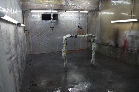 こんばんわ。これから黒に塗る作業です。 まずは、600でサンデング(ガン肌をできるだけ平らにします) そんで置き台と吊るすハリガネもマスキングします。これは、塗装してる時のエアーでゴミが出ないようにするためです。まぁーしなくても良いけど…念のため!あと脱脂します。 水をまきます。こけでセッティング終わり!!! つぎは塗装ですが、ソリッド黒なのでガンクリーナーでガンを良く洗浄します。(メタリックなど…[Posted at 11/11/24]