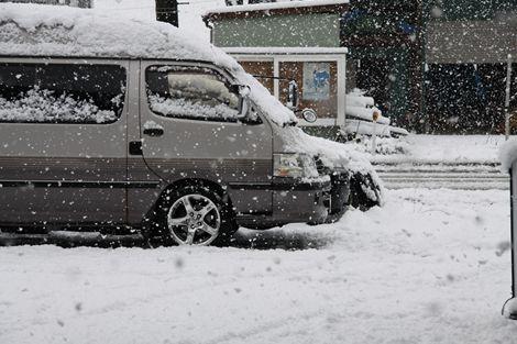 こんにちわ!!!今日は雪です。ハイエースはノーマルタイヤです。僕の好きな2WDです。滑ります。でも運転技術があるのでビビりません。帰りは卍でも切って行きます!!!! ちなみに、○○の店長はスタッドレス履きません!!!!アイスバーンはきっと卍ですね。 寒い時は、クリアーを温めてから使用しています。べつに冷たいままでも問題ないですが、ガンのセッティングやガンスピード&距離がだいたい同じで塗装出来るので…[Posted at 11/12/16]